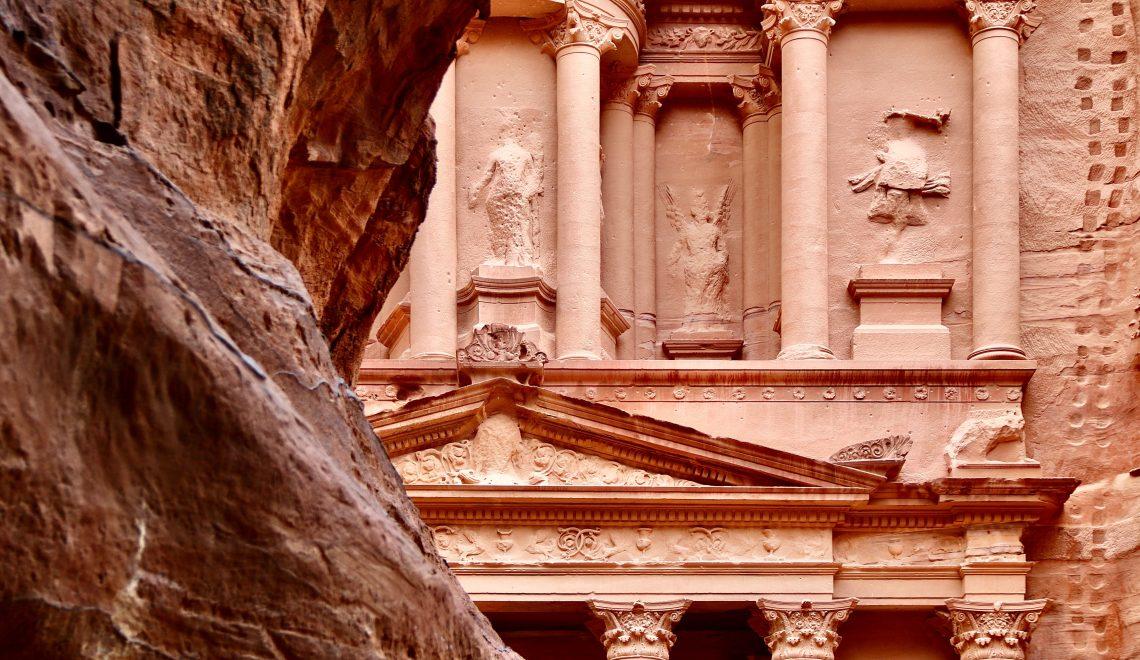 Vista della città di Petra da dietro una roccia.