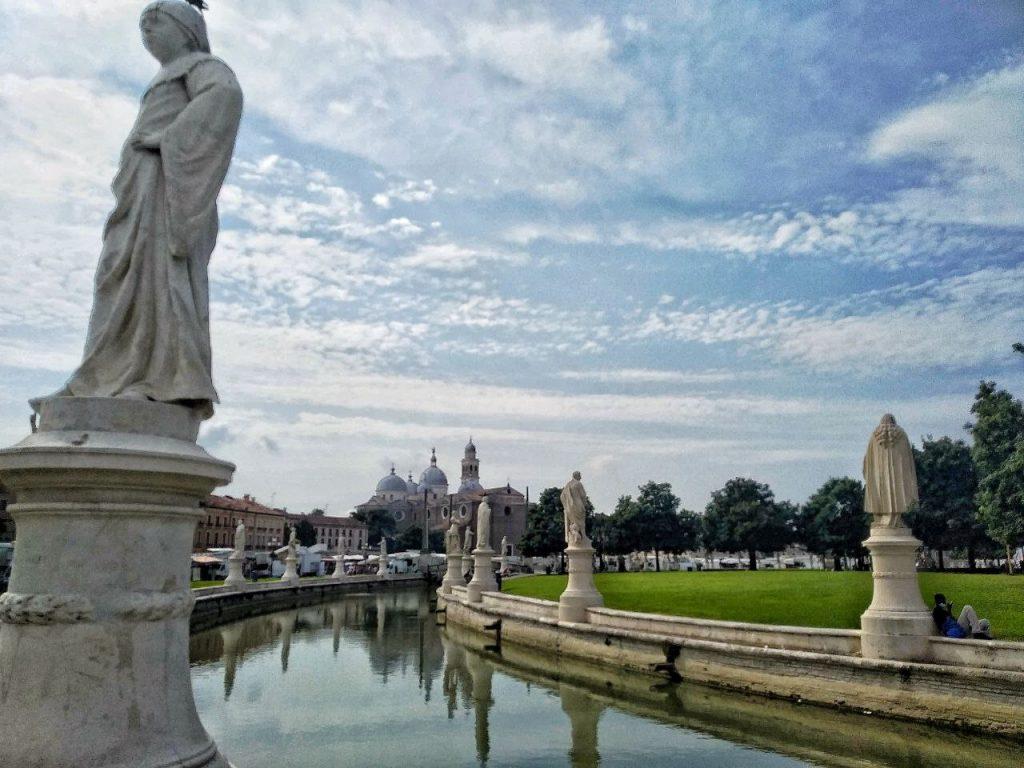 Il Canale che circonda Prato della Valle a Padova con vista sulle molte statue.