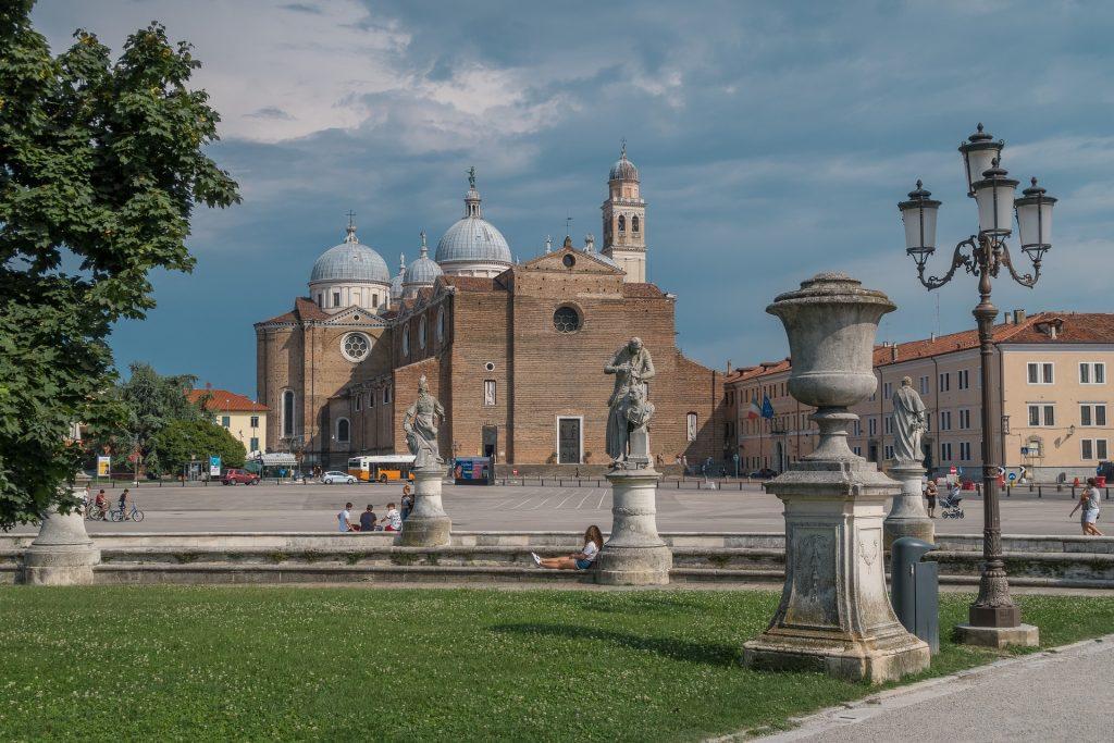 La Chiesa d Santa Giustina vista attraverso le statue di Prato della Valle a Padova.