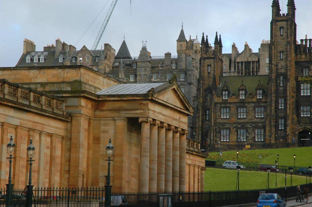 La Galleria Nazionale di Scozia, simile a un tempio greco, vista di lato, con la Old Town sullo sfondo.