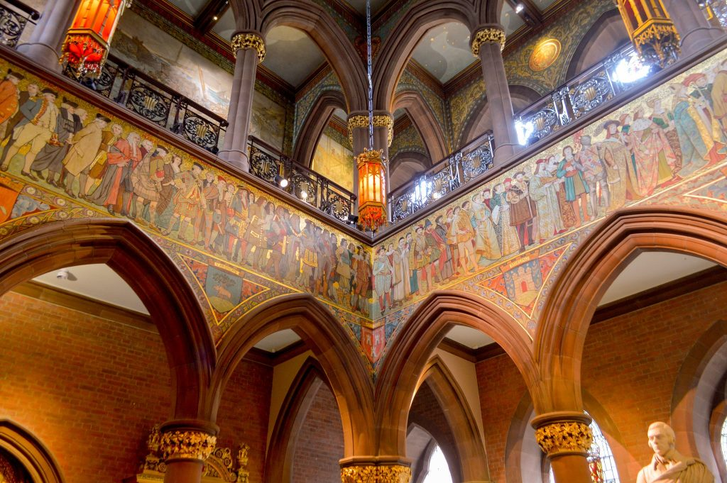 Il bellissimo cortile interno della National Portrait Gallery di Edimburgo, decorato da archi in pietra e bellissimi affreschi e mosaici dai mille colori.