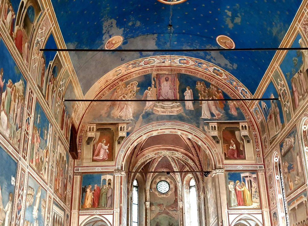 Gli affreschi all'interno della Cappella degli Scrovegni a Padova.