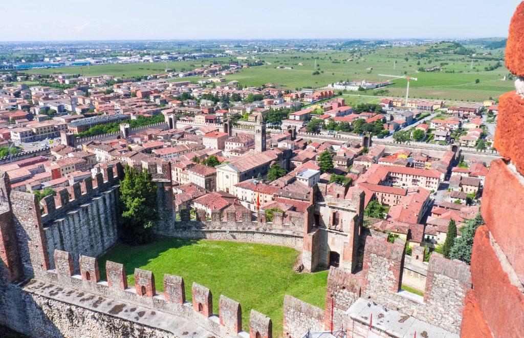 Il castello di Soave, la cittadina e la pianura padana vista dall'alto delle mura del castello.