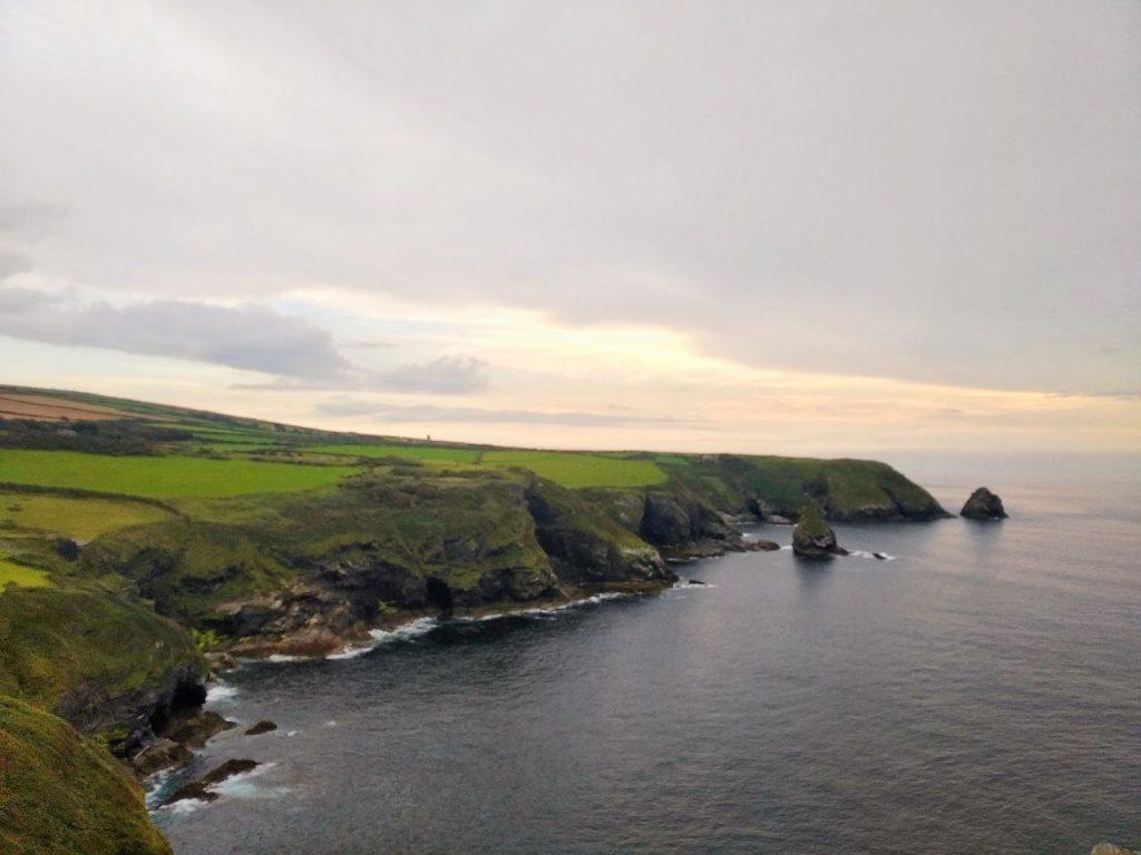 Tramonto sull'oceano atlantico e sulla costiera della Cornovaglia da Boscastle