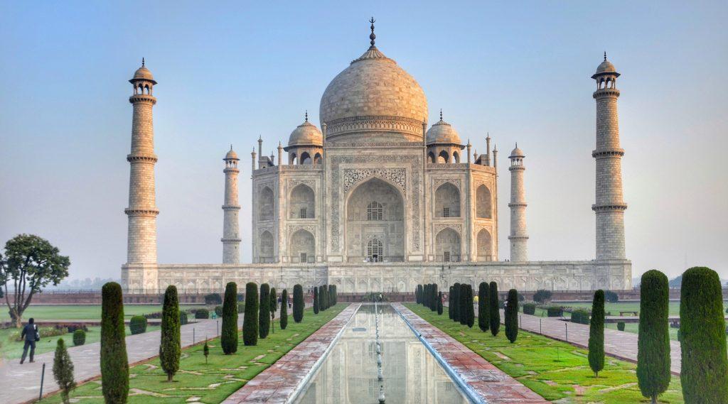 Vista del Taj Mahal in India con i verdissimi giardini e la piscina