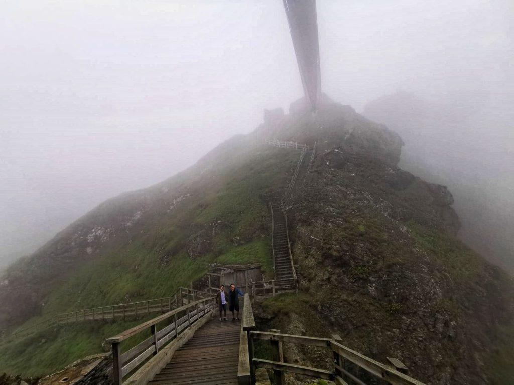 Il ponte inferiore del castello di Tintagel, con la ripida scalinata di risalita all'isola