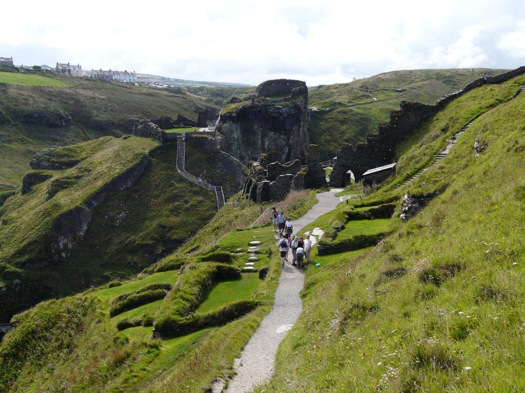Il camminamento che, dal ponte, porta al Castello di Tintagel.