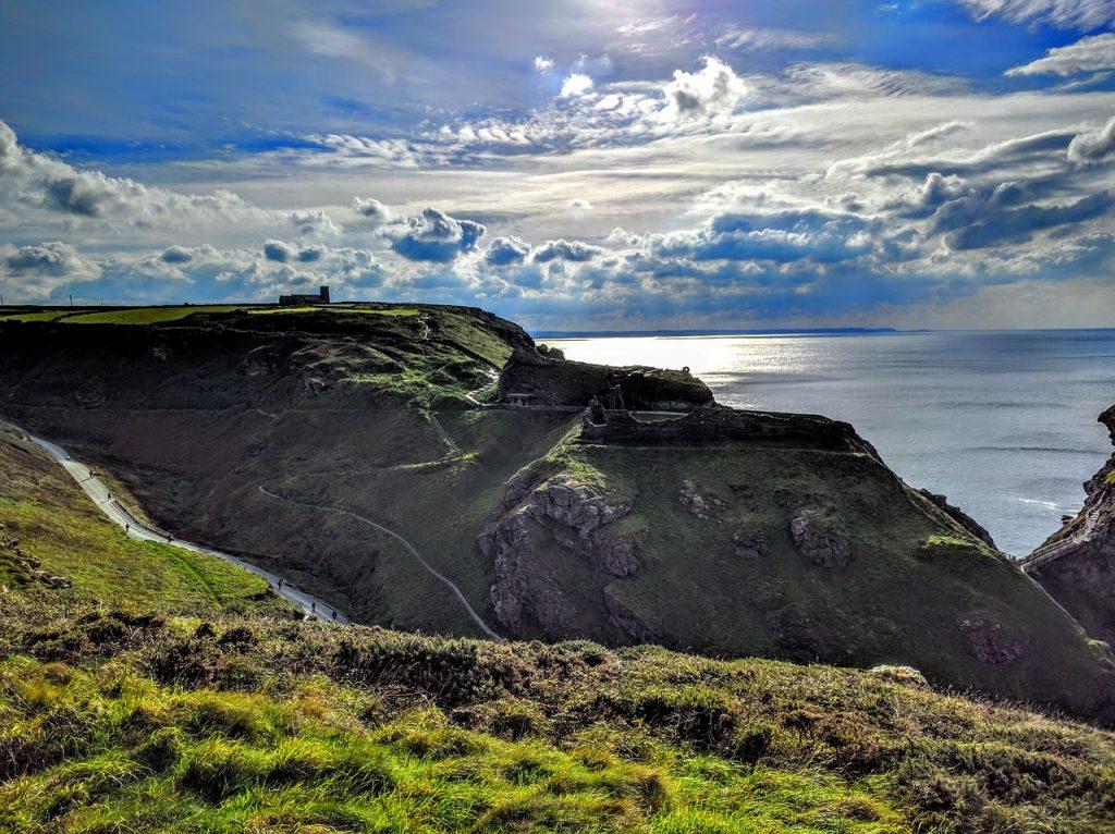 Vista del Castello di Tintagel da una collina adiacente, con una splendida visuale sull'oceano.