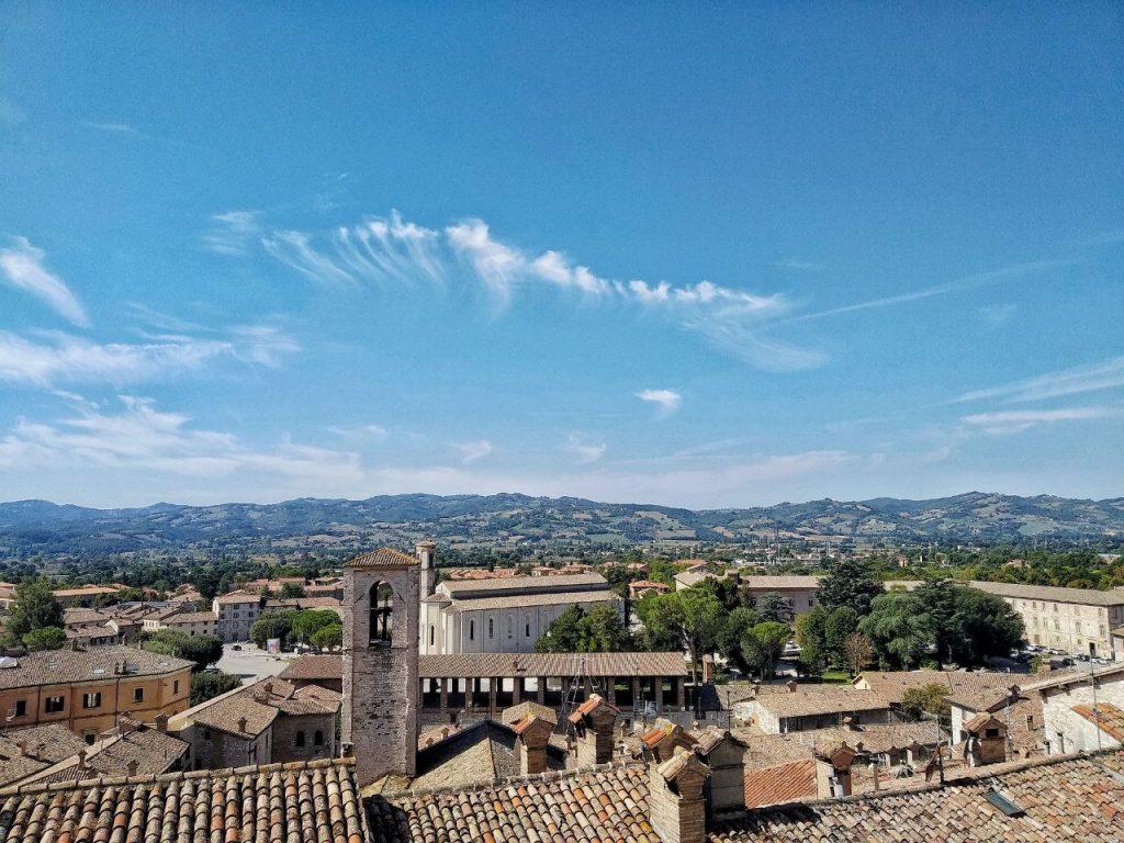 La splendida vista sui tetti di Gubbio e sulla Loggia dei Tiratori a Gubbio.
