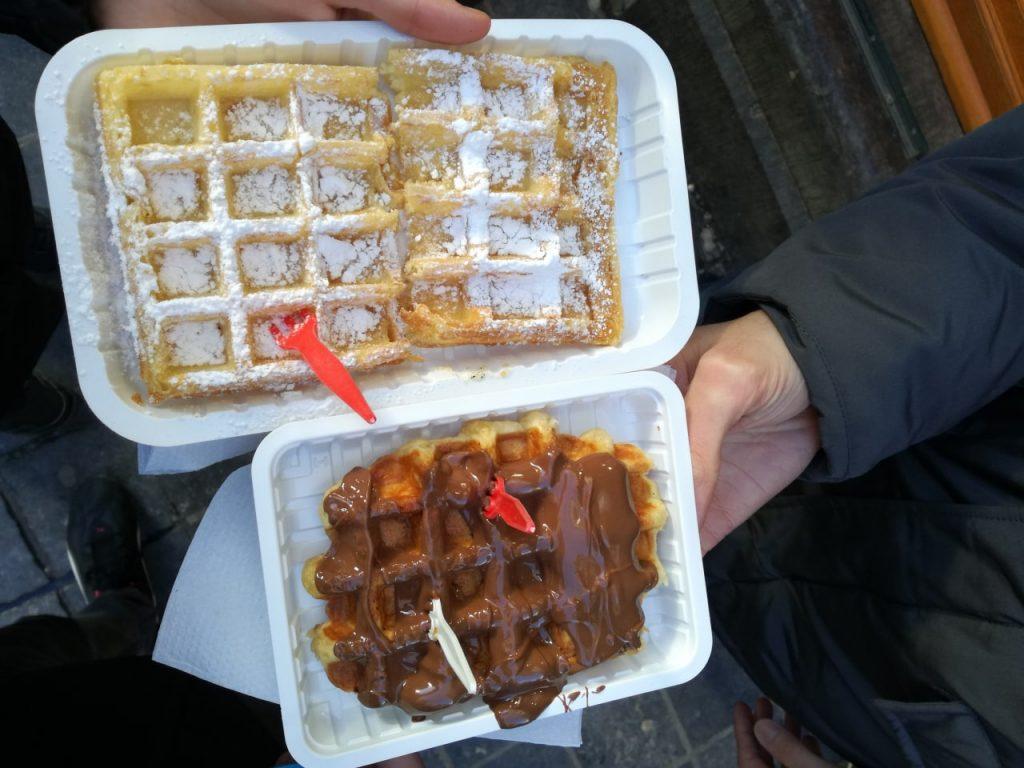 Waffle con cioccolato e con zucchero a velo.
