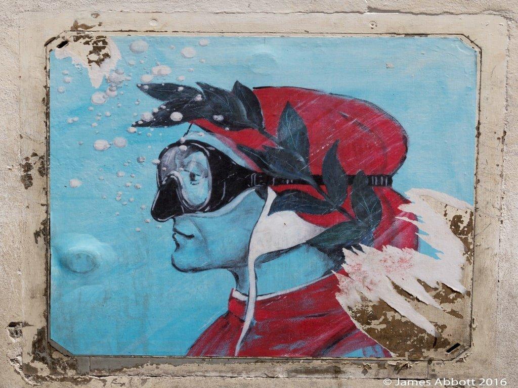 Il murales di dante con maschera da sub a Venezia.