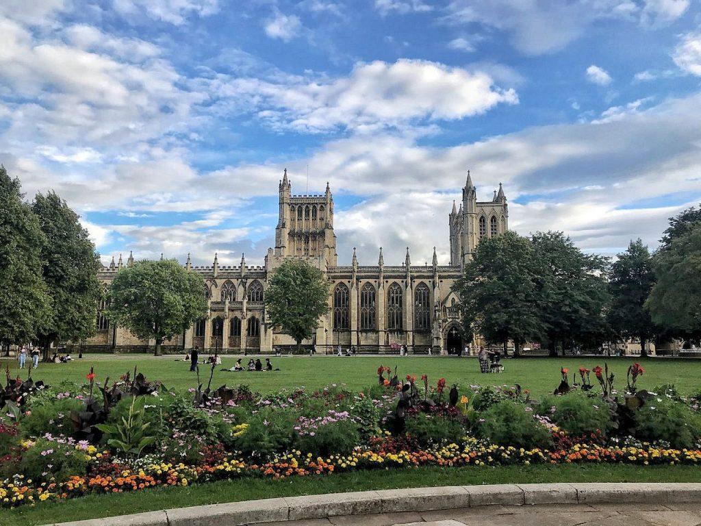 La piazza della cattedrale, col il verde prato in fiore a Bristol.