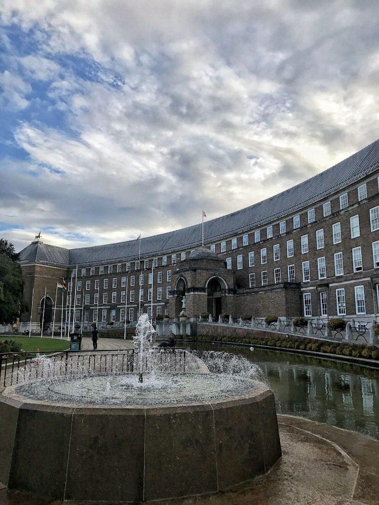 La biblioteca civica di Bristol con una fontana zampillante a lato.
