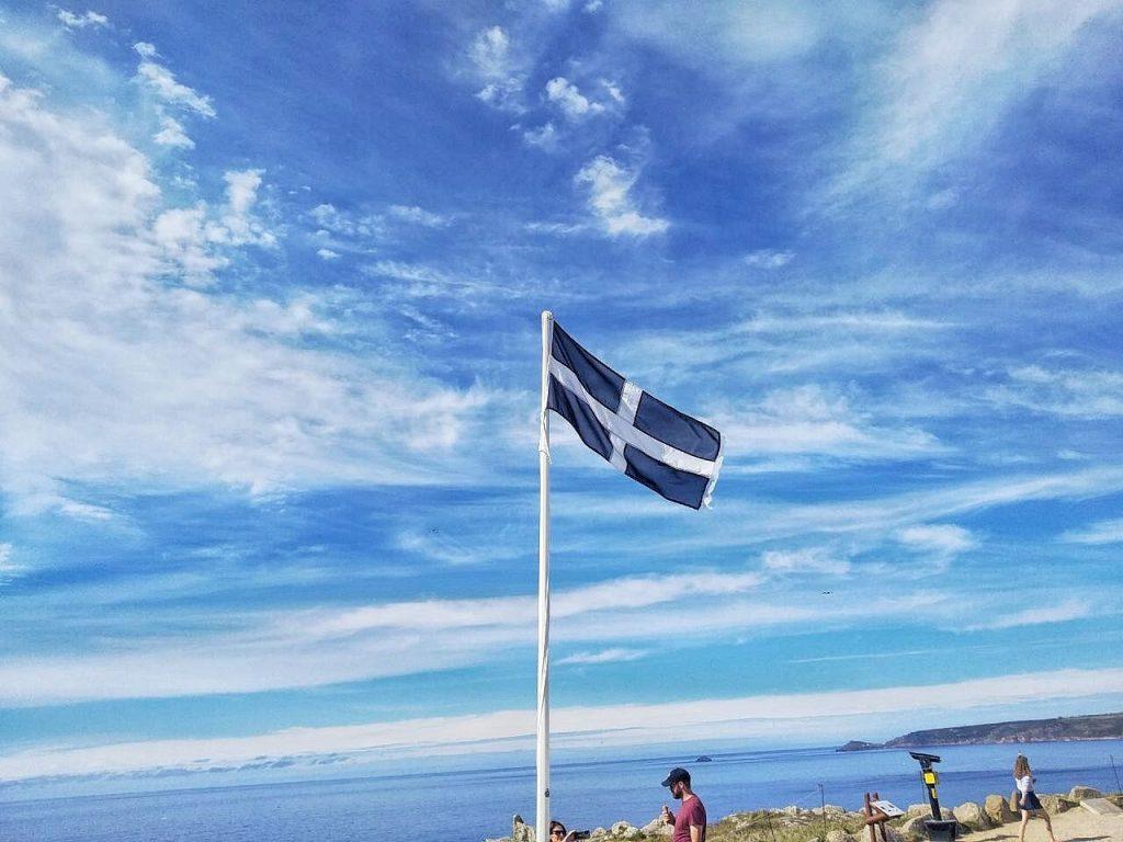 La banidera nera e bianca della Cornovaglia a Land's End, il punto piú a ovest dell'Inghilterra.