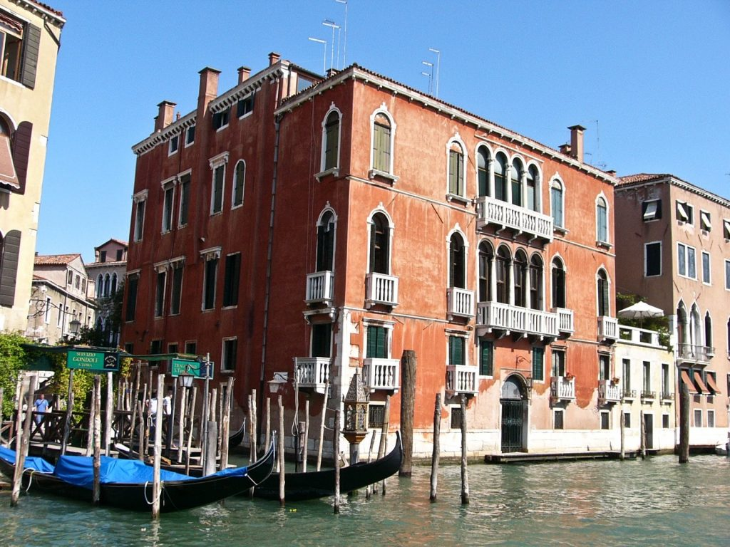 Fermata delle gondole traghetto sul Canal Grande a Venezia.