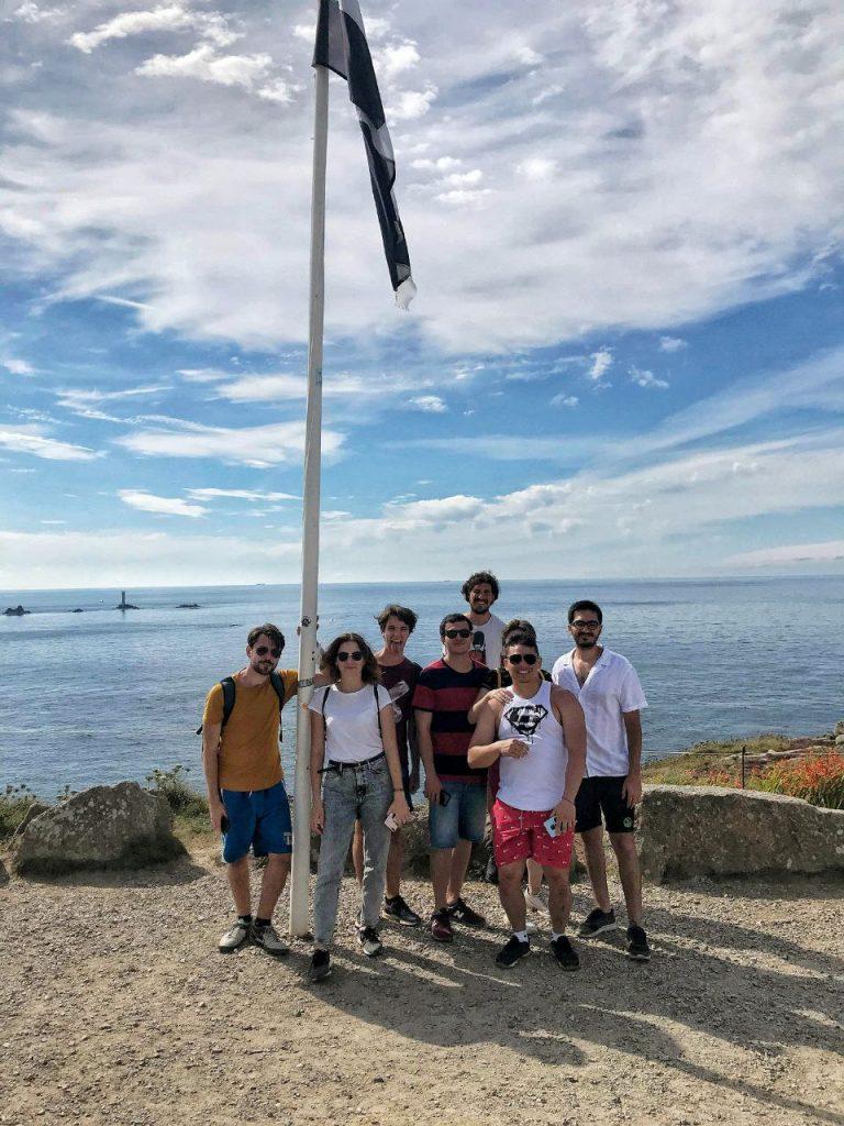 La nostra foto di gruppo sotto la bandiera di Land's End.
