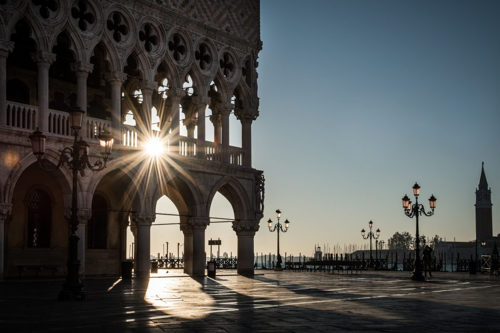 Palazzo ducale a Venezia colpito dal sole.