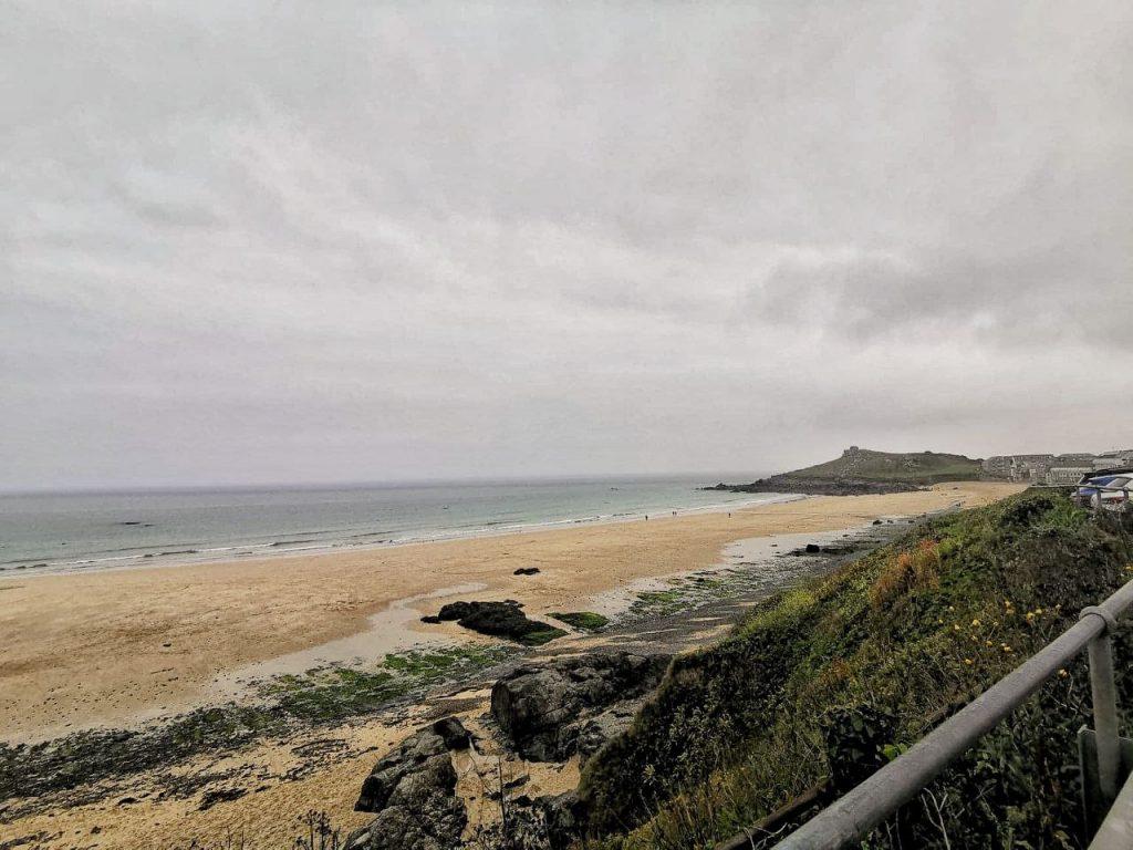 La spiagga di St Ives vista da un parcheggio.