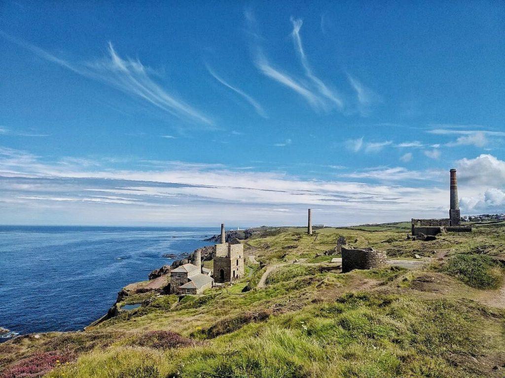 I resti delle miniere di rame e di stagno sulla costa della Cornovaglia.
