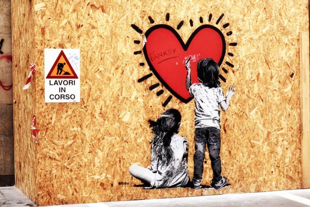 Street Art di Alessio B. a Padova: due bambini disegnano un cuore.