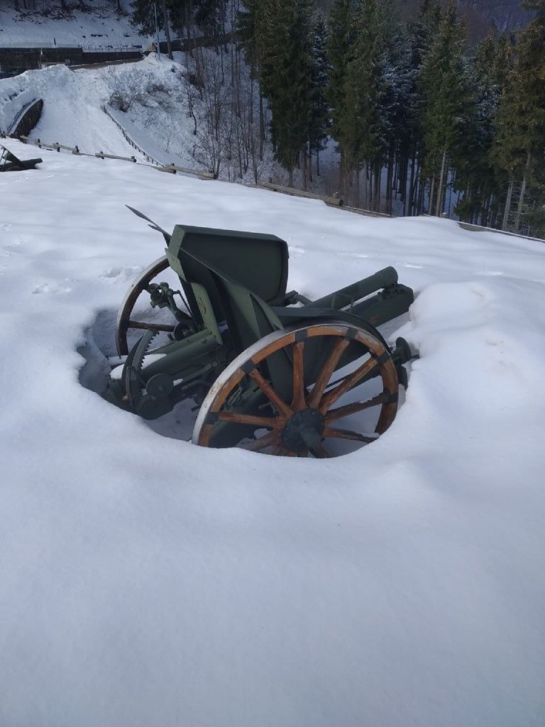 Uno dei cannoni dell'Ossario sul Pasubio circondato dalla neve.