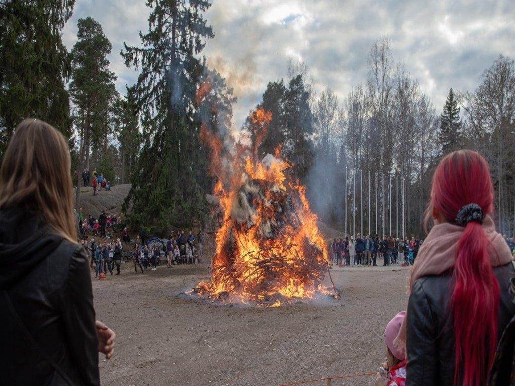 Uno dei tanti falò paquali accesi durante il periodo di Pasqua in Finlandia per tenere lontani gli spiriti maligni.