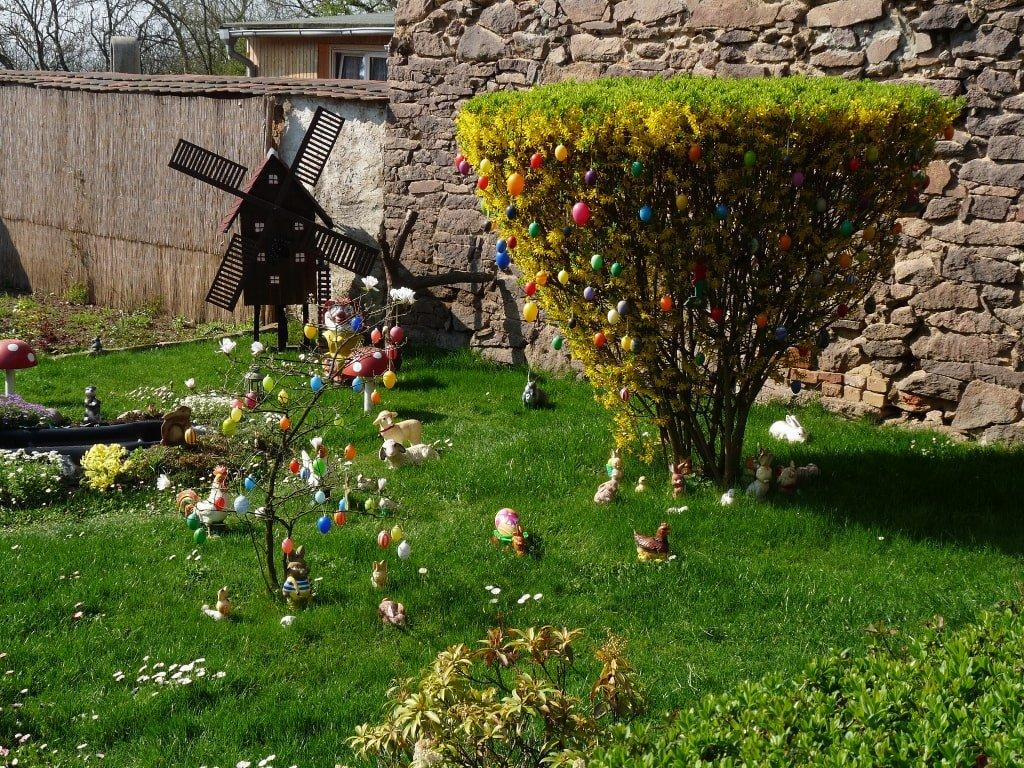 Un giardino con alberi decorati con uova colorate nella Pasqua in Germania.