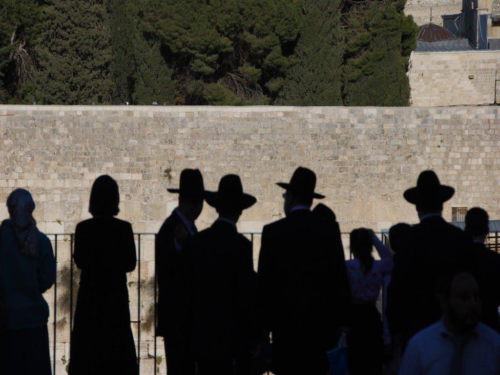 Delle persone osservano il muro del pianto di Israele durante il periodo di Pasqua.