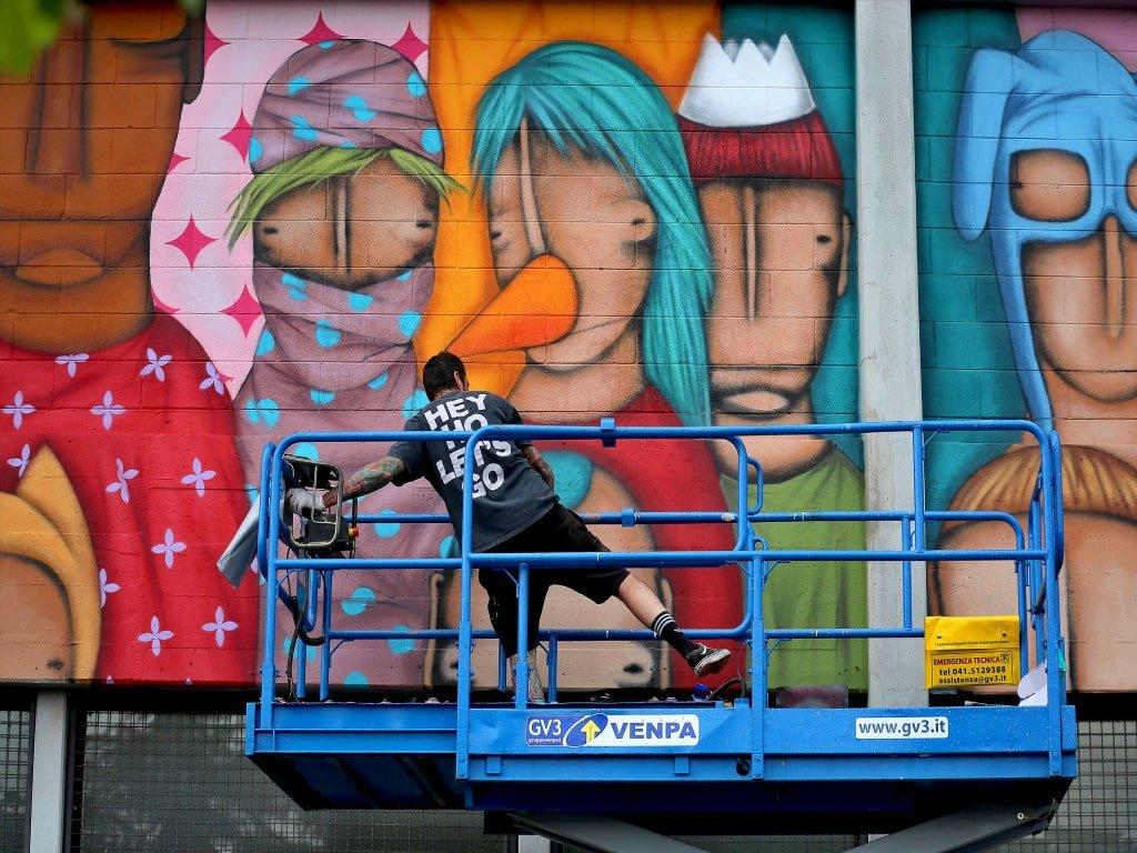 Tony Gallo nell'itento di disegnare una delle sue opere di street art a Padova.