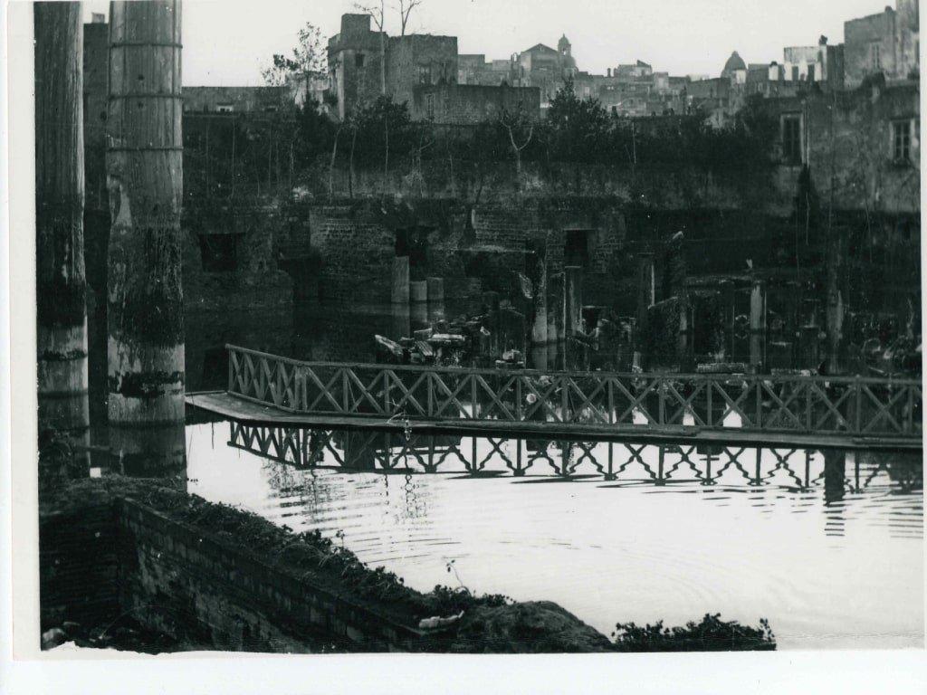 Foto storica del tempio di serapide a Pozzuoli allagato