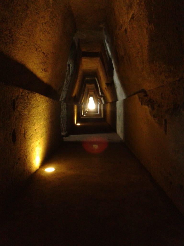 L'antro della Sibilla, la grotta negli scavi di Cuma