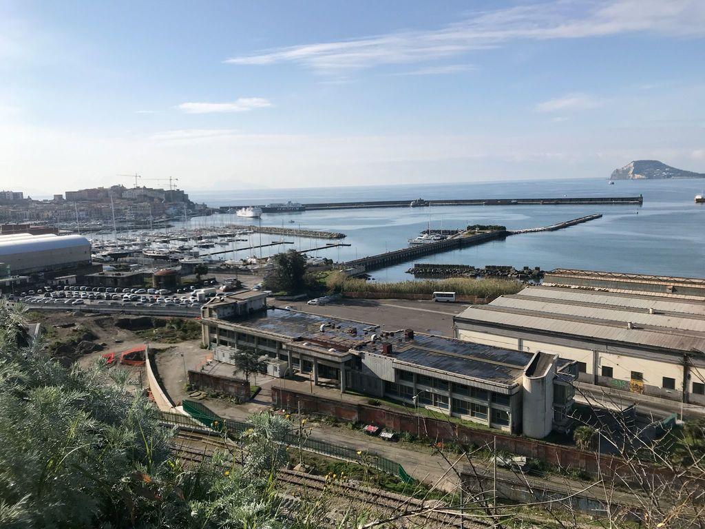 Vista di Pozzuoli, del porto e del Rione Terra dalla fabbrica dell'Olivetti.