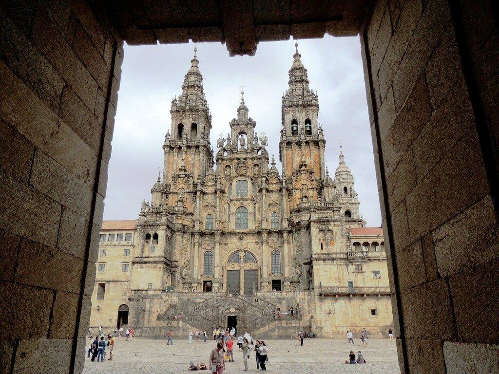 Vista della facciata principale della cattedrale di Santiago de Compastela.