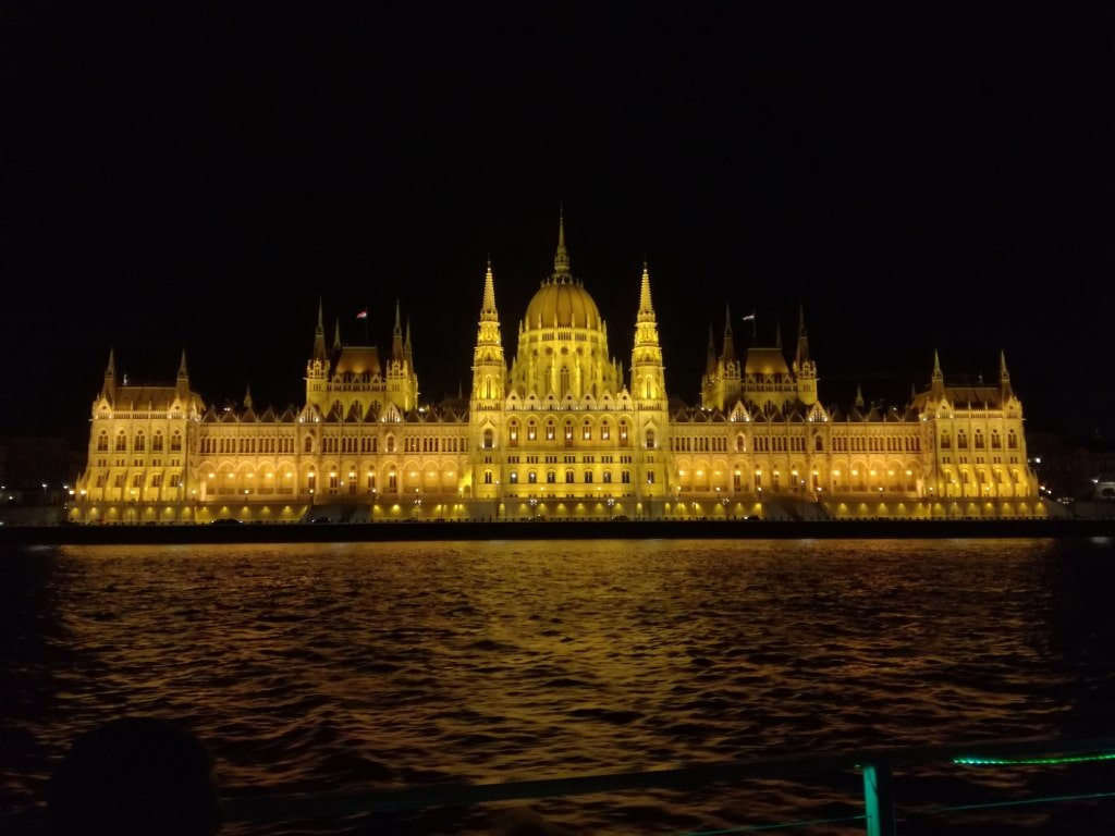 Il parlamento ungherese visto la sera durante una crociera sul Danubio