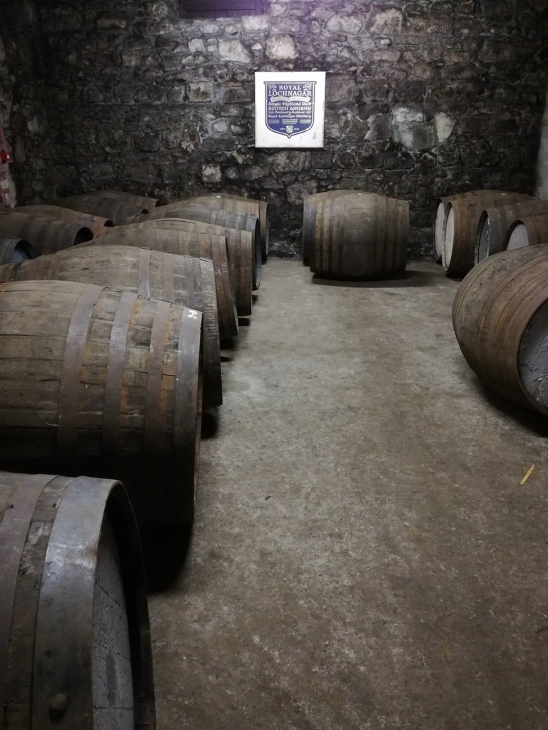 Botti di legno in fila nel magazzino in roccia della Royal Lochnagar Distillery