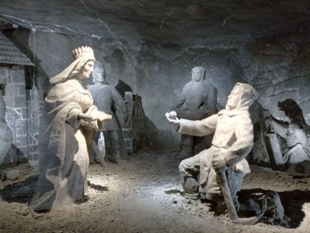 Le statue di sale mostrano il ritrovamento dell'anello della principessa all'interno del sale