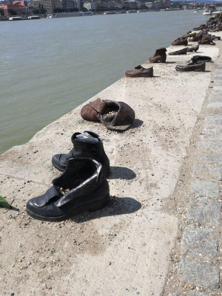 Il monumento alle scarpe scalze lungo il Danubio di Budapest
