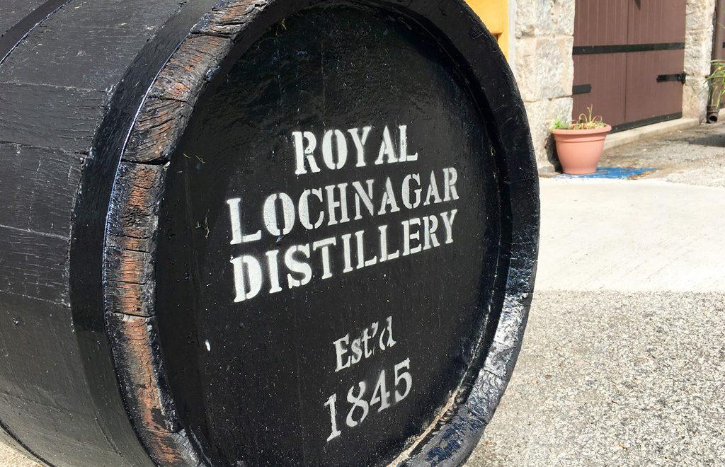 Una botte in legno nero con sopra il nome della Royal Lochnagar Distillery e la data di fondazione, 1845.
