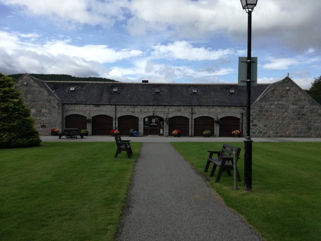 L'edificio in pietra che ospita il negozio della Royal Lochnagar Distillery
