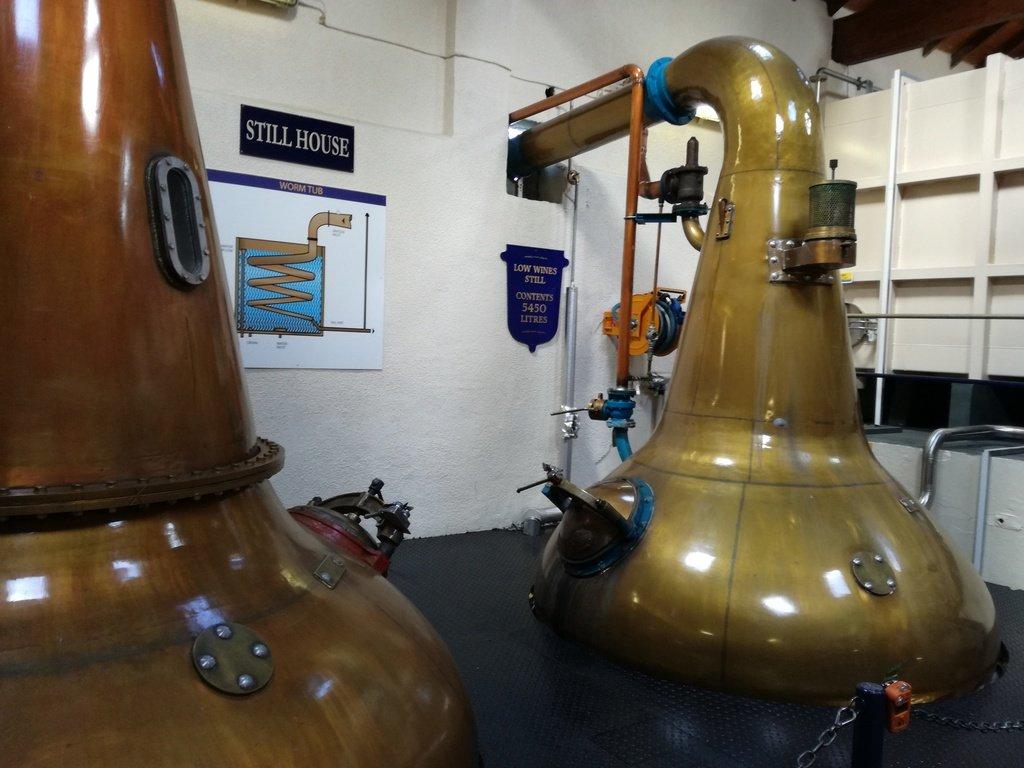 Due alambicchi in rame per la distillazione del whisky