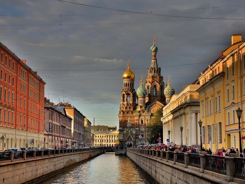 Vista della cattedrale di San Pietroburgo da una delle strade laterali su un fiume.