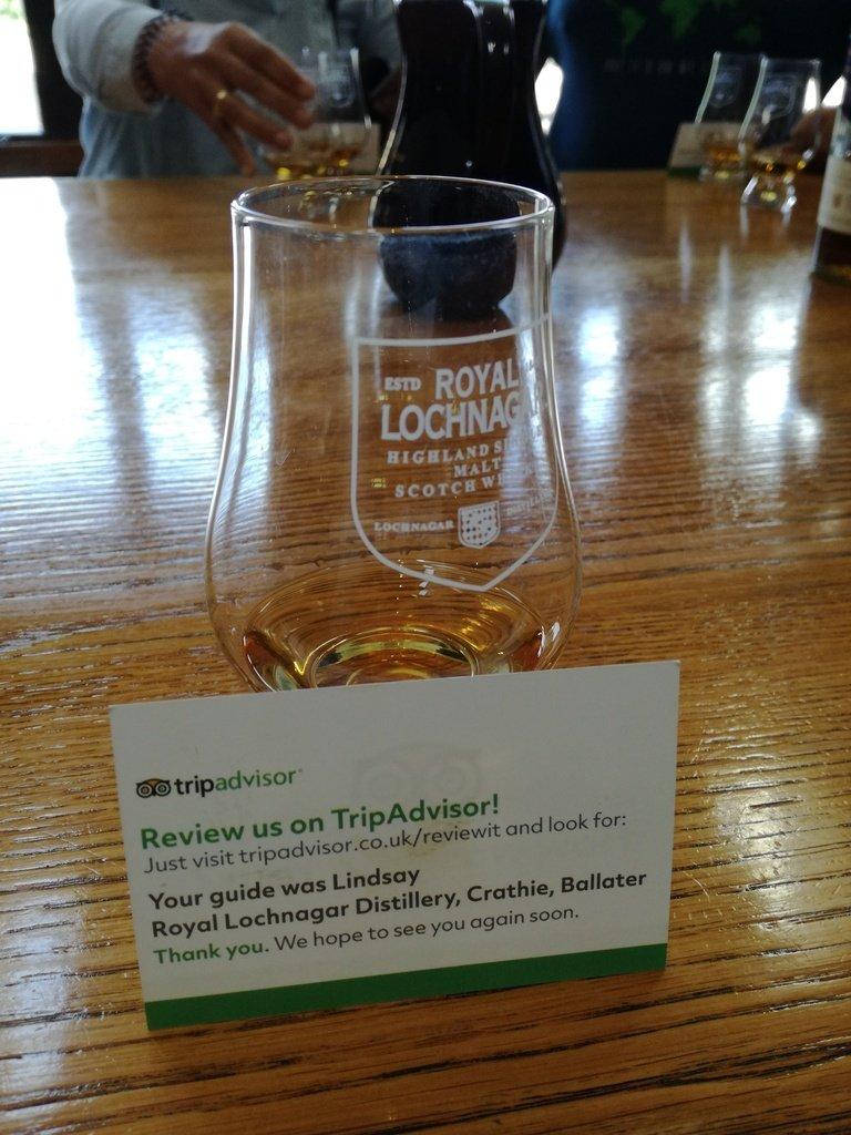 Un bicchiere di vetro decorato con lo stemma della Royal Lochnagar Distillery