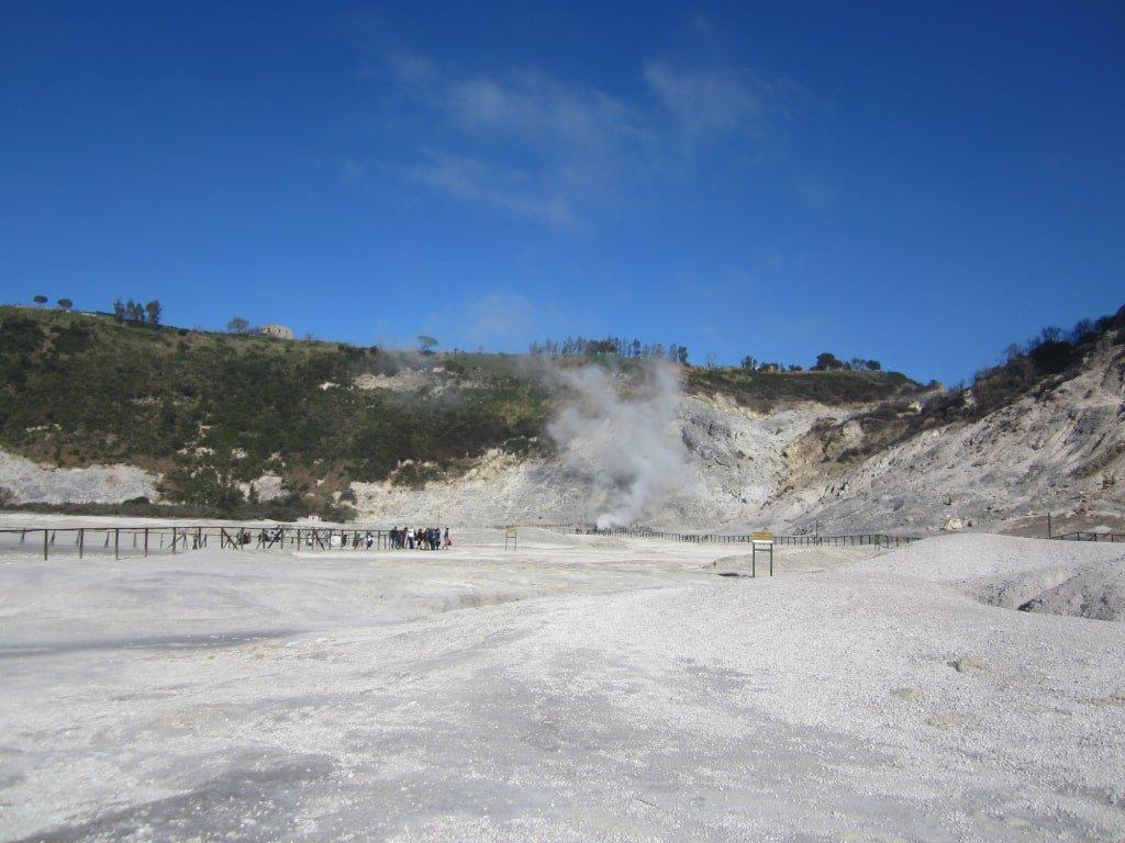 Il cratere della Solfatara di Pozzuoli.