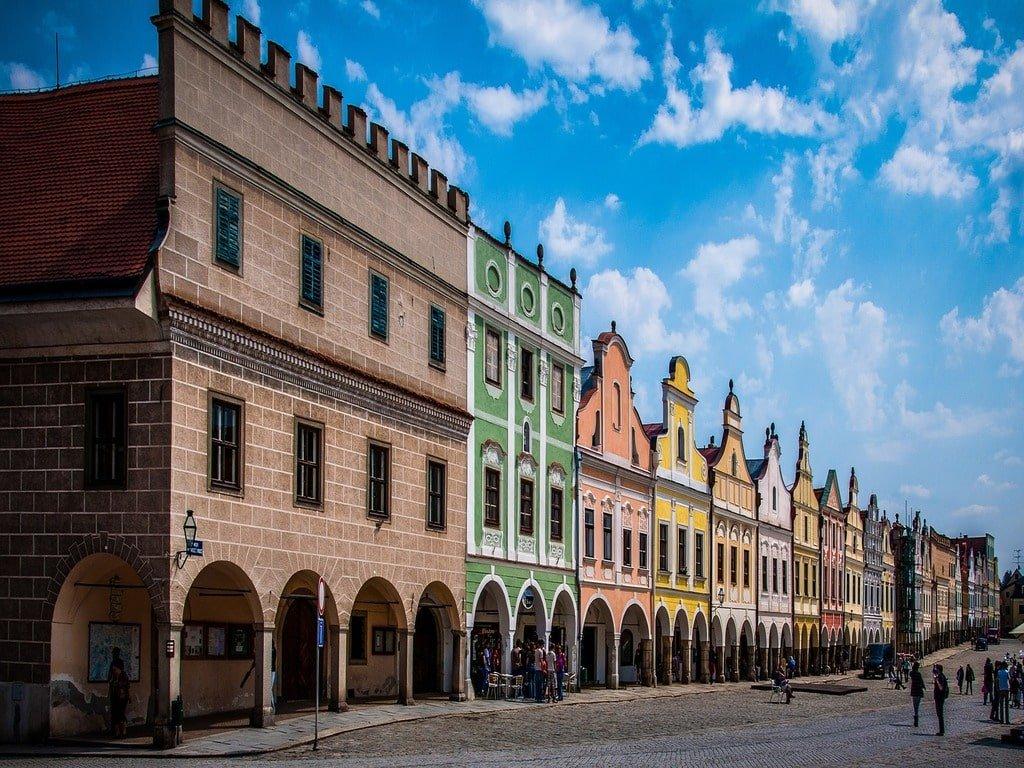 Le case colorate che si trovano nella piazza principale di Telc in Repubblica Ceca