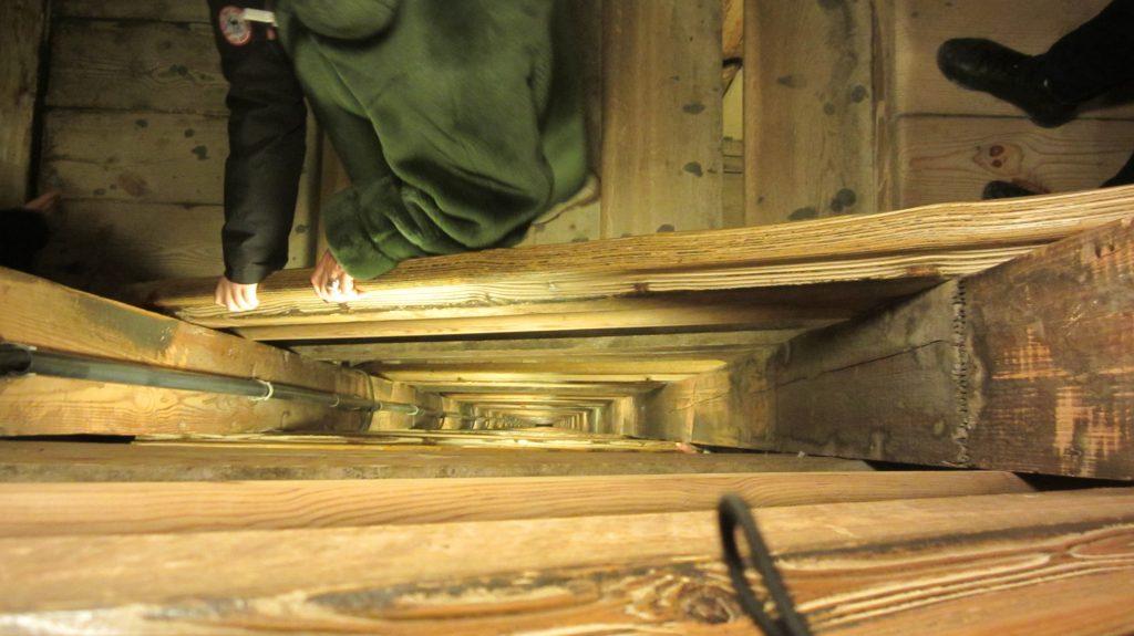 Le moltissime scalinate in legno che portano al primo livello della miniera