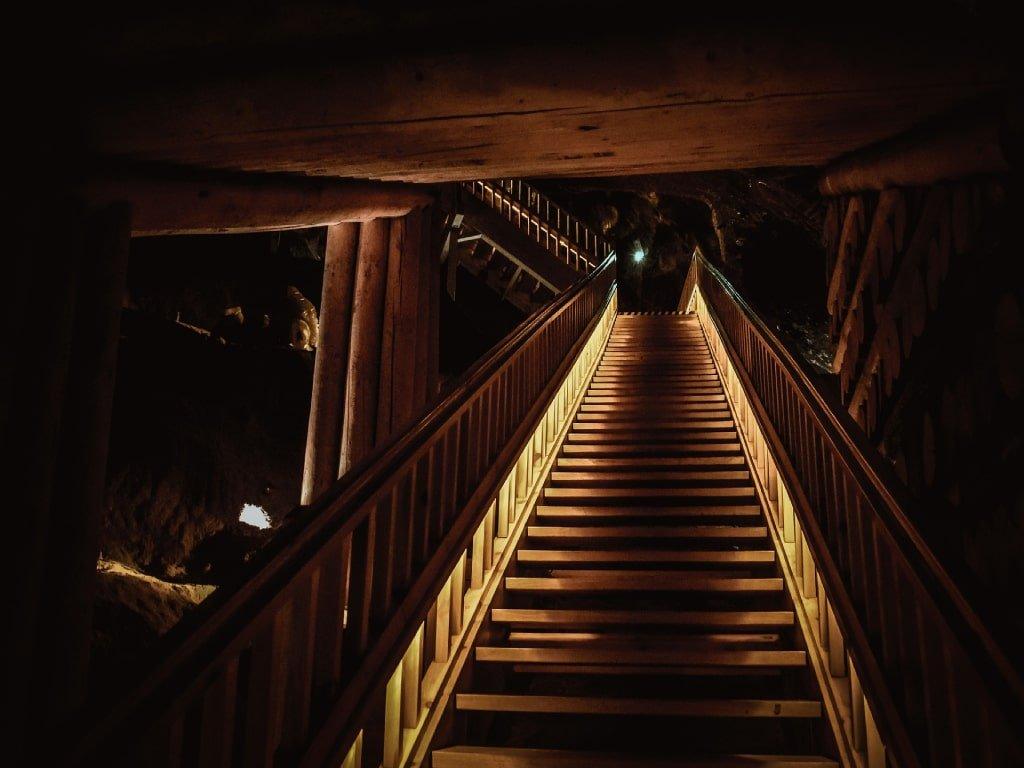 Le scale di legno in discesa nella miniera