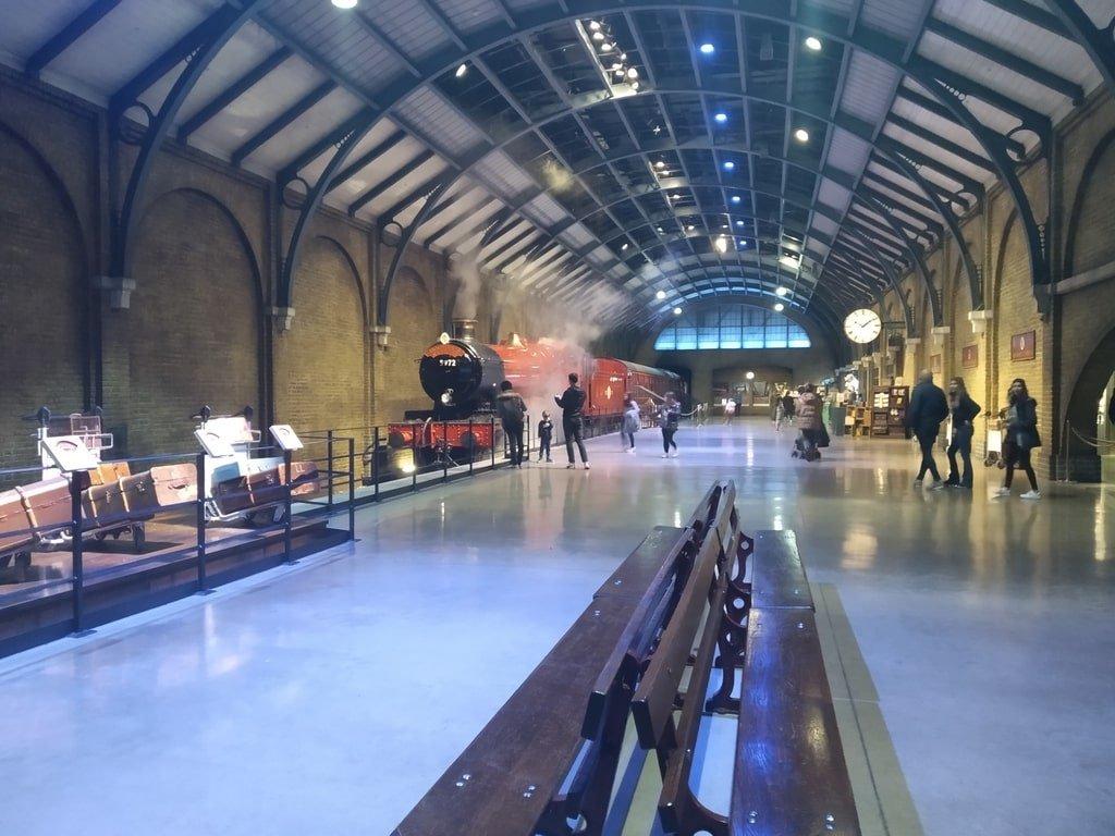 Il binario 9 e 3/4 con l'hogwarts express ai Warner Bros Studio Tour - The Making of Harry Potter a Londra