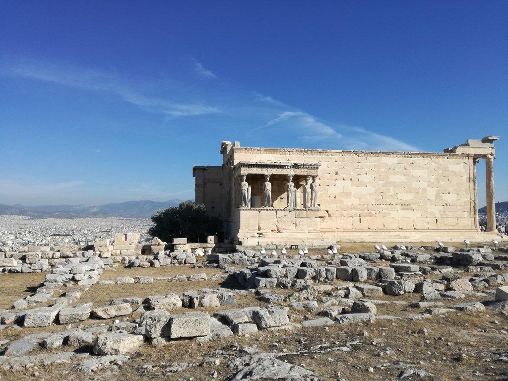 Tempio greco in marmo con statue di fanciulle
