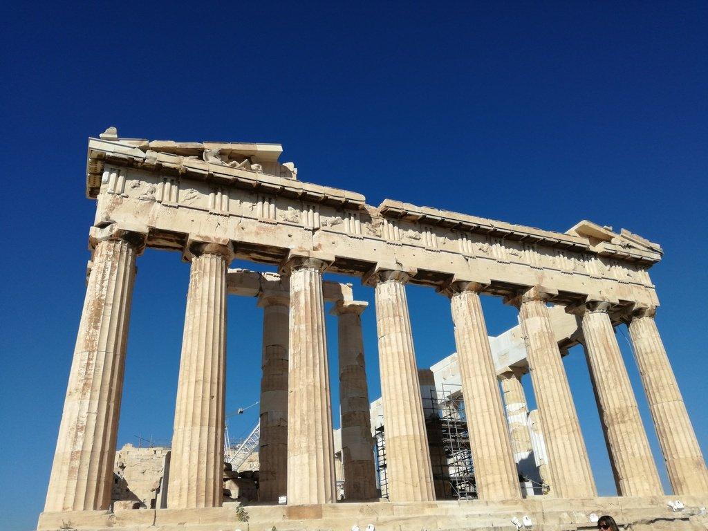 Tempio greco in marmo con colonne e decorazioni doriche