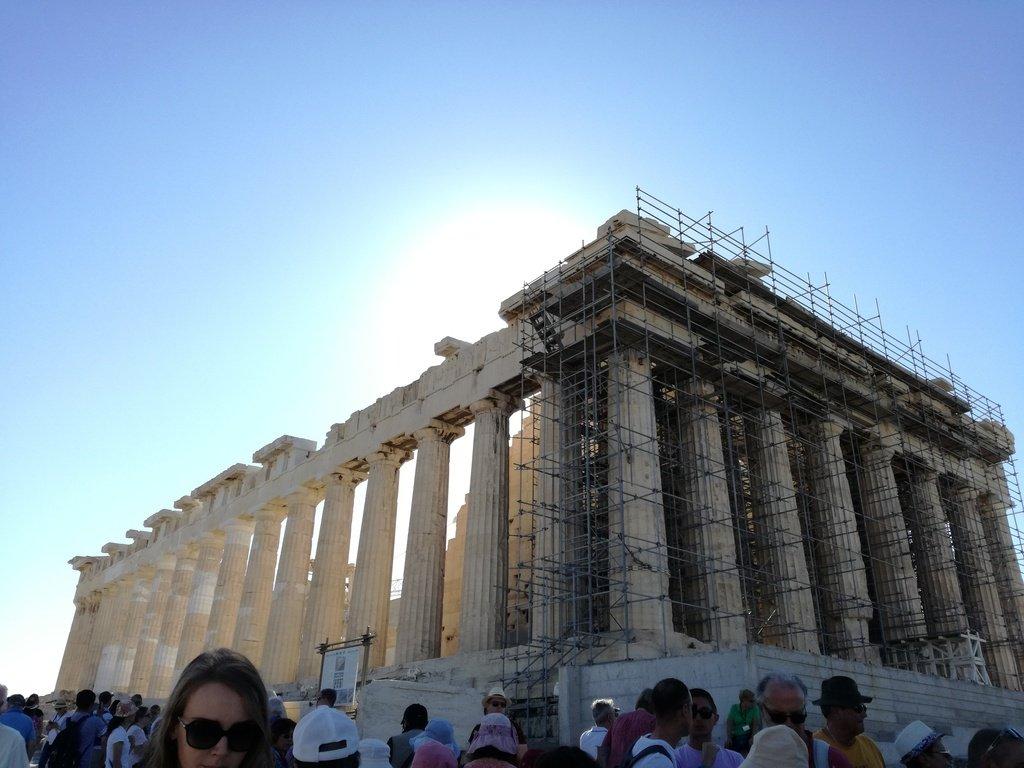 Tempio greco in marmo con colonne e impalcature